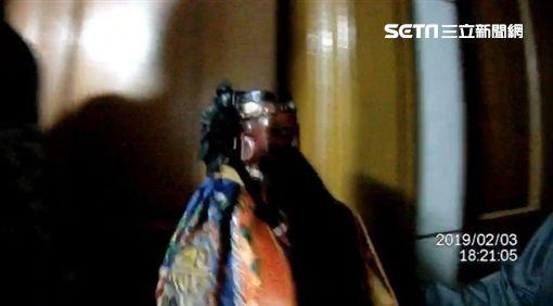 台北市陳姓男子夢到土地公想到他家作客,遂依照指示前往安興宮抱走神像,警方循線將他逮獲,訊後依竊盜罪移送法辦(翻攝畫面)