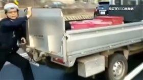 驚!無人貨車「倒退嚕」卡路中 巡邏警肉身擋車超英勇