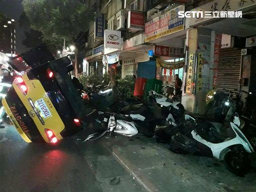 台北市計程車闖紅燈自撞路燈後翻覆,還波及路旁7輛機車(翻攝畫面)