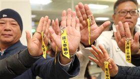 華航機師春節擬罷工(2)中華航空機師醞釀春節罷工,桃園市機師職業工會4日傍晚在松山機場舉行記者會,與會成員展示「罷工準備中」的鑰匙圈以表達訴求。中央社記者裴禛攝 108年2月4日