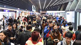 春節連假首日 桃機湧15萬出入境旅客根據桃園國際機場航班運量整點人數預報統計,預估2日入出境旅客人數總計破15萬人,旅運量創下新高。中央社記者魯鋼駿攝 108年2月2日