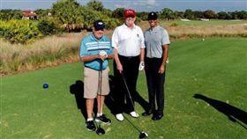 ▲美國總統川普(中)與尼克勞斯(左)及伍茲一同在自家球場揮桿。(圖/翻攝自川普推特)