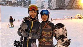 曾馨瑩(右)上月才和賈永婕(左)赴日滑雪。(圖/翻攝自臉書)
