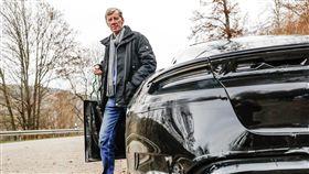 ▲傳奇車手Walter Röhrl試駕Porsche Taycan電動車。(圖/Porsche提供)