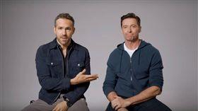 萊恩雷諾斯在IG上傳影片,與休傑克曼一同欣賞彼此拍的廣告作品。(圖/翻攝自YouTube)