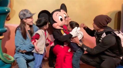 黑人陳建州與范瑋琪,帶雙胞胎兒子飛飛、翔翔美國過新年。(圖/翻攝自黑人陳建州臉書)