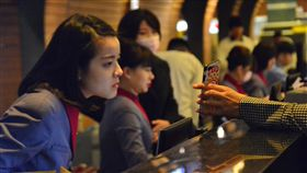 華航員工解釋班機狀態華航機師罷飛,桃園機場第一航廈,華航員工8日在報到櫃臺忙著為旅客解釋班機異動狀態。中央社記者黃旭昇桃園攝  108年2月8日