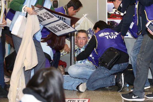 華航機師罷工記者會  工會會員疑似昏倒華航機師8日清晨6時起開始罷工,桃園市機師職業工會上午在台北松山機場舉行記者會說明,有一名聲援的工會會員疑似勞累昏倒。中央社記者吳翊寧攝  108年2月8日