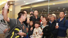韓國瑜結束春節假期  返台展現高人氣高雄市長韓國瑜(後中)7日結束休假行程返台,一踏進國門後,受到不少旅客包圍,頻頻希望合影,展現高人氣。中央社記者邱俊欽桃園機場攝 108年2月8日