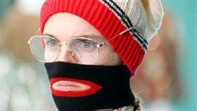 義大利精品GUCCI近期推出了一款黑色高領毛衣,不僅標榜領口能遮住臉,而且還特別設計「紅色的大嘴唇」,原以為走在時尚尖端,但這樣設計可觸及了敏感的歧視議題。(圖/翻攝自@wwd 推特)