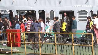 旗津輪渡人潮擠 排1.5小時才搭到