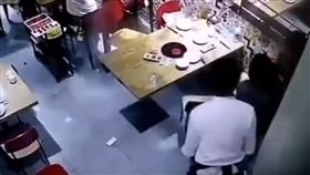 中國大陸,湖南,服務員腳滑意外燙傷男童(https://www.youtube.com/watch?v=cDZZTgva8ss)