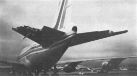 ▲華航006班機尾翼的大部分早被撕裂破損。(圖/取自維基百科)