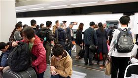 春節返鄉潮 民眾排隊搭高鐵(2)春節連續假期首日,2日晚間在台北車站仍有返鄉搭車人潮,許多民眾搭乘高鐵南下返鄉。中央社記者吳翊寧攝 108年2月2日