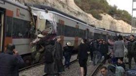 西班牙火車對撞 1死上百傷(圖/翻攝自Regió7)