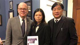 ▲李凈瑜與美國民主黨眾議員麥考文會面。(圖/翻攝自臉書尋找李明哲)