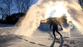 極地渦旋,滾水挑戰,遊戲,燙傷,熱水,風向,受傷,治療 圖/翻攝自YouTube