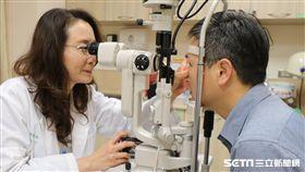 醫師林純如(左)替患者檢查眼睛。(圖非新聞當事人/亞大醫院提供)