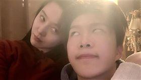 范冰冰與弟弟范丞丞頭靠頭翻白眼合照相當逗趣。(圖/翻攝自微博)