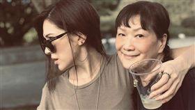 許瑋甯得好肌膚與臉蛋都遺傳自母親的優良基因。(圖/翻攝自IG)