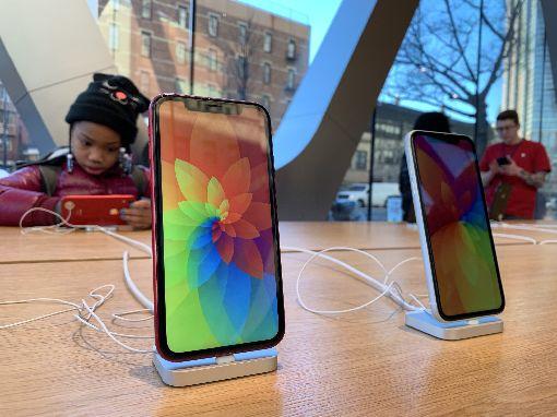 iPhone XR定位尷尬  中國買氣欠佳蘋果公司新款手機iPhone XR在中國買氣欠佳,分析認為,精打細算的買家嫌太貴,想彰顯社經地位的消費者寧願多花錢買旗艦機種,也不願屈就XR。中央社記者尹俊傑紐約攝  108年2月10日
