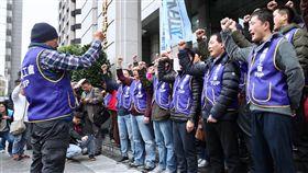 華航勞資協商  機師工會會員赴交通部(1)華航機師罷工進入第2天,9日下午在交通部舉行勞資協商,桃園市機師職業工會會員聚集在交通部前,齊呼口號表達訴求。中央社記者吳翊寧攝  108年2月9日