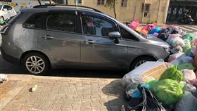 汽車違停遭居民用「垃圾活埋」。(圖/翻攝自爆廢公社)