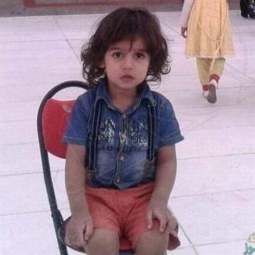 沙烏地阿拉伯,男童遭計程車司機割喉身亡(圖/翻攝自推特)