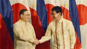 河野太郎會見菲律賓外交部長日本外務大臣河野太郎(右)10日在菲國南部大城納卯市(Davao)與菲律賓外交部長陸辛舉行雙邊會談,並簽署道路及橋梁發展合作文件。(菲律賓外交部提供)中央社記者林行健馬尼拉傳真 108年2月10日