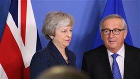 梅伊重回歐盟尋求談判  面無表情氣氛冷英國首相梅伊(左)2月7日拜會歐盟執委會主席榮科(右),要求修改脫歐協議中的愛爾蘭「邊境保障措施」,雙方交鋒氣氛冷淡,梅伊拍照時更面無表情。中央社記者唐佩君布魯塞爾攝  108年2月8日