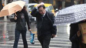 台北市陰雨綿綿中央氣象局表示,受東北季風及華南雲雨區東移影響,16日水氣增加,北台灣降雨較持續。台北市區午後陰雨綿綿,未攜帶雨具民眾過馬路時以手遮擋,快步前行。中央社記者徐肇昌攝 108年1月16日