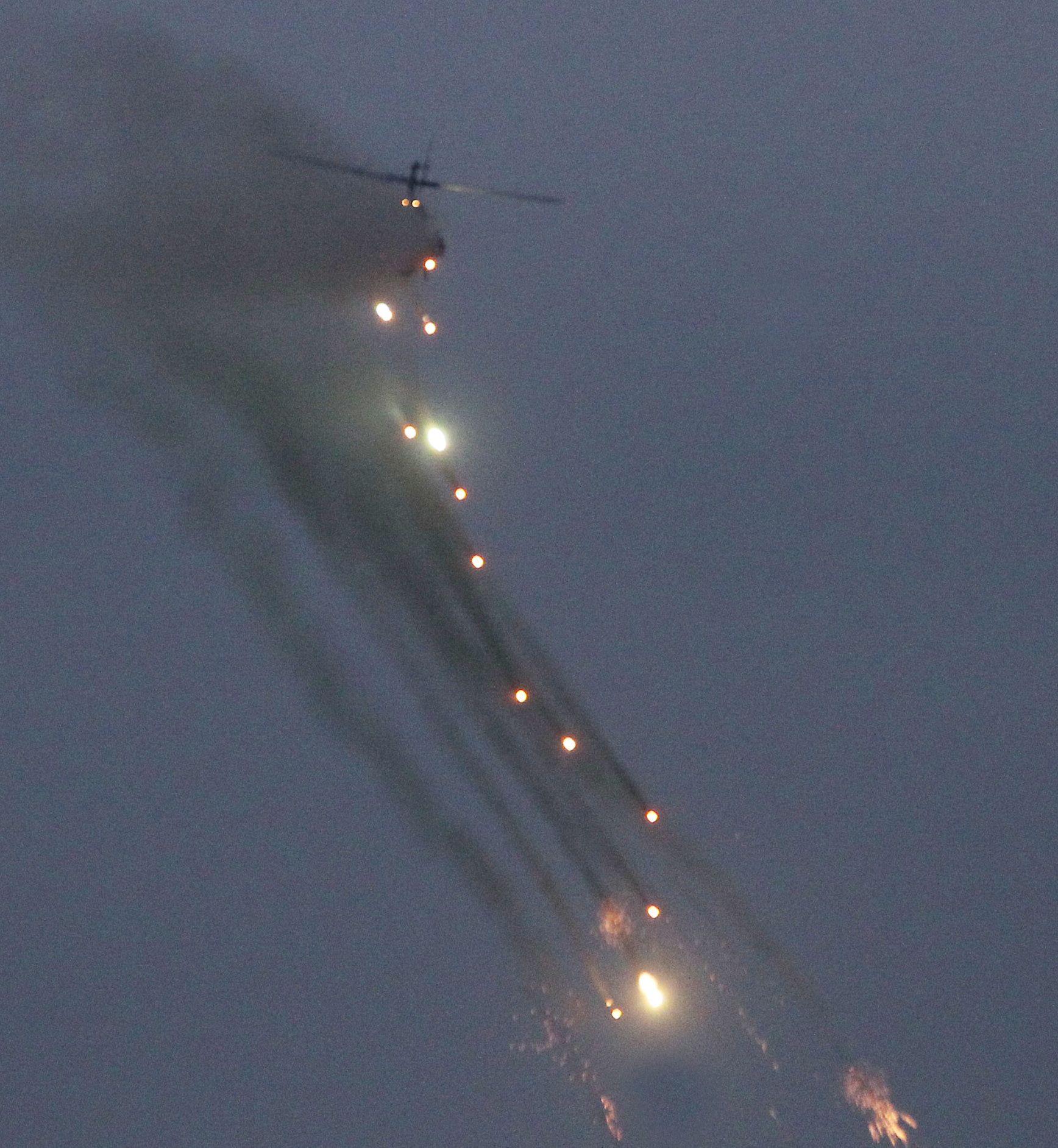 陸航AH-1W眼鏡蛇攻擊直升機實施火箭對灘岸火殲暨反擊作戰。(記者邱榮吉/台中拍攝)