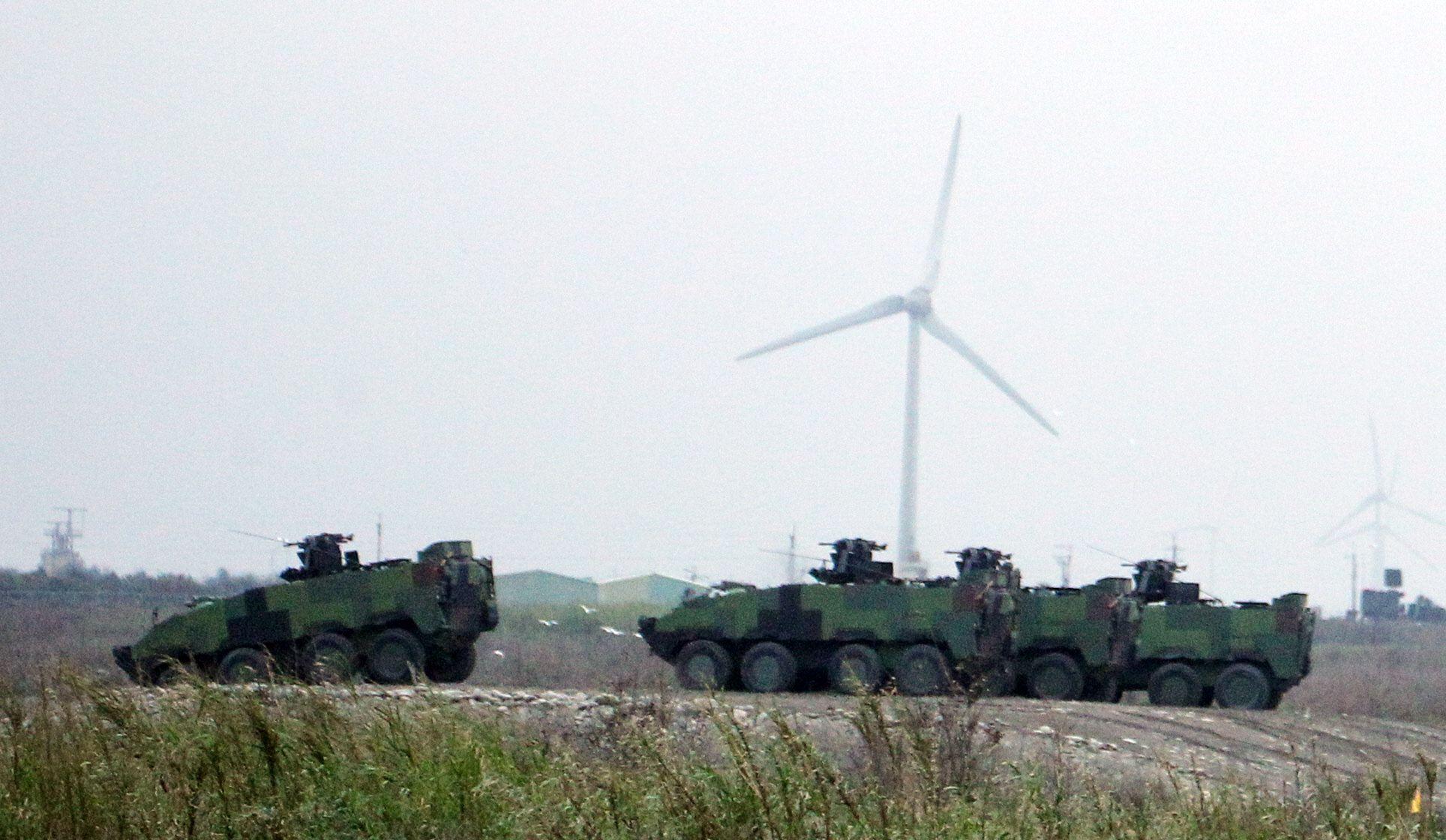 雲豹甲車準備實施火砲射擊。(記者邱榮吉/台中拍攝)