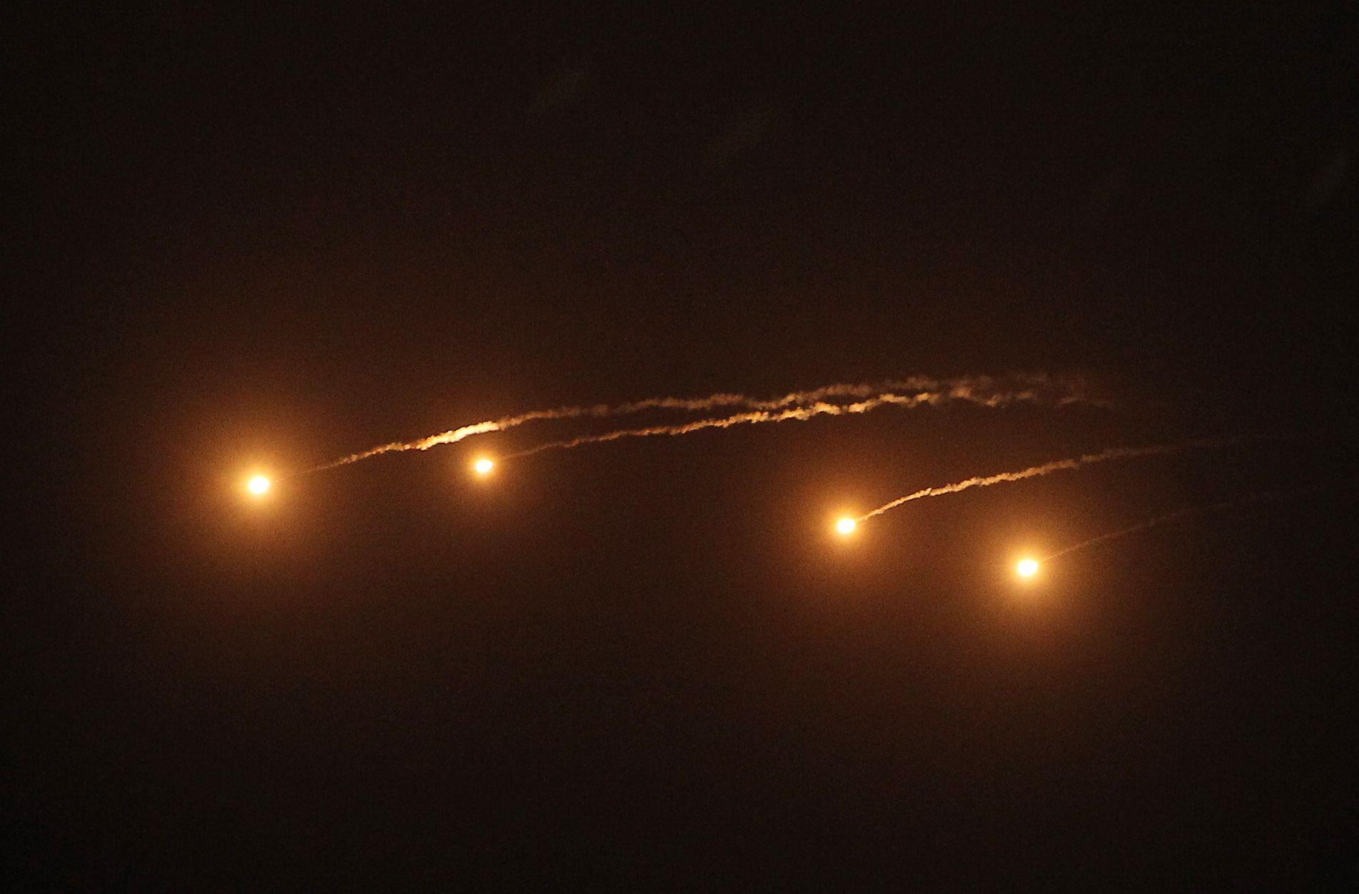 空軍IDF戰機施放火焰彈。(記者邱榮吉/台中拍攝)