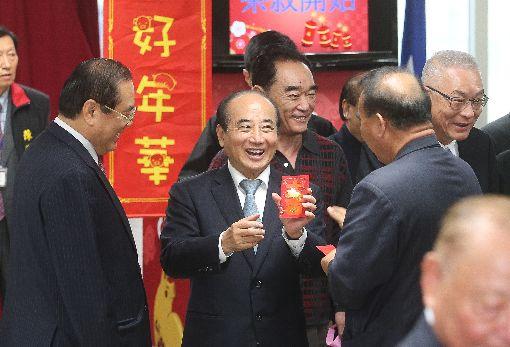 國民黨新春團拜  王金平秀紅包國民黨11日在中央黨部舉行新春團拜,前立法院長王金平(前中)開心拿著黨主席吳敦義(後右)送的紅包。中央社記者謝佳璋攝  108年2月11日