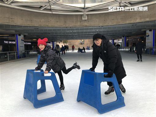 丁噹、蕭景鴻(阿弟)使用輔助器複習溜冰。(圖/相信音樂提供)