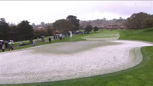 圓石灘球場受到冰雹襲擊導致比賽被迫暫停。(圖/翻攝自PGA TOUR 推特)
