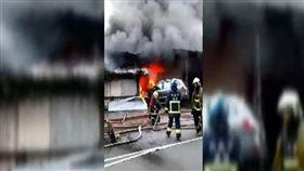 新北連棟鐵皮工廠延燒 警消灌救中 圖/翻攝畫面