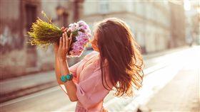 愛情,戀愛,分手(圖/攝影者v-ivash/freepik) https://www.freepik.com/free-photo/girl-smelling-flowers-standing-street_1211897.htm