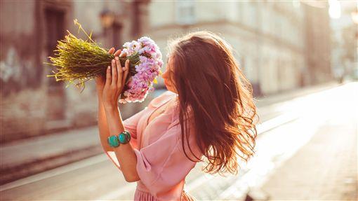 愛情,戀愛,分手(圖/攝影者v-ivash/freepik)https://www.freepik.com/free-photo/girl-smelling-flowers-standing-street_1211897.htm