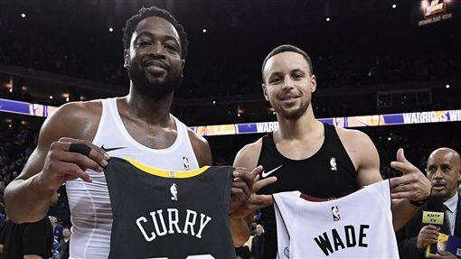 Wade和Curry互換球衣。(圖/翻攝自勇士官方推特)