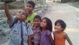 自拍,拖鞋,印度,貧富差距,小孩,快樂,寶萊塢,演員 圖/翻攝自IG