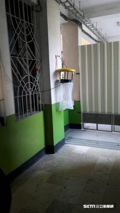 為阻絕登革熱本土疫情蔓延,高市府防疫團隊及前鎮區級指揮中心針對個案居住及工作地週邊進行社區緊急防治及擴大強制孳生源檢查。(圖/高雄市衛生局提供)