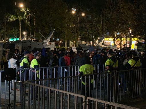 華航內部員工也到場抗議,雙方互相喊口號叫陣。(圖/記者馮珮汶攝)