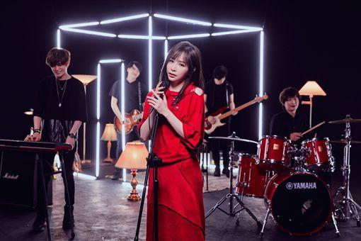 王心凌《生命中的美好的缺憾》MV側拍。(圖/環球音樂提供)