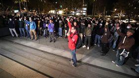 華航勞資二度協商傳破局 工會成員場外呼口號華航機師罷工第4天,勞資雙方11日傍晚開始在交通部二度座談協商,晚間9時許傳出協商再度破局,場外機師工會成員高呼「堅持下去」等口號。中央社記者吳翊寧攝 108年2月11日