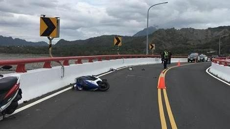 台東,女大生,騎機車,擦撞護欄,滑行,高雄,不治身亡。翻攝畫面