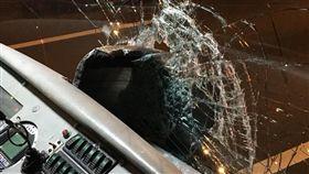 統聯客運遭砸碎玻璃,駕駛忍傷繼續開/翻攝自臉書爆料公社