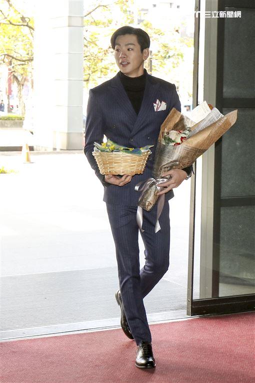 「你有念大學嗎?」禾浩辰於情人節至三立電視台送花、巧克力讓男女同事們又驚又喜。(記者林士傑/攝影)