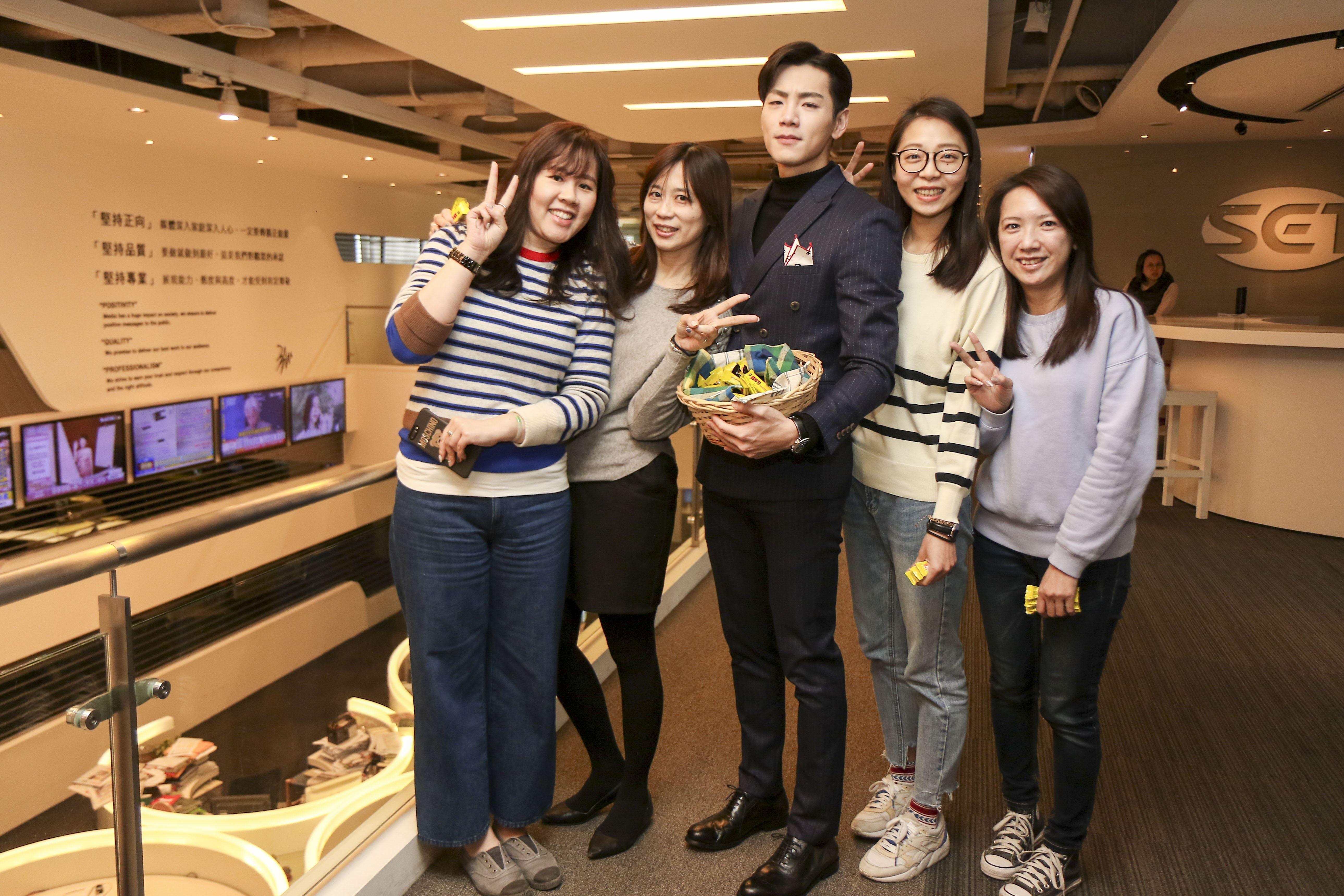 「你有念大學嗎?」禾浩辰於情人節前夕至三立電視台送花、巧克力讓男女同事們又驚又喜。(記者林士傑/攝影)